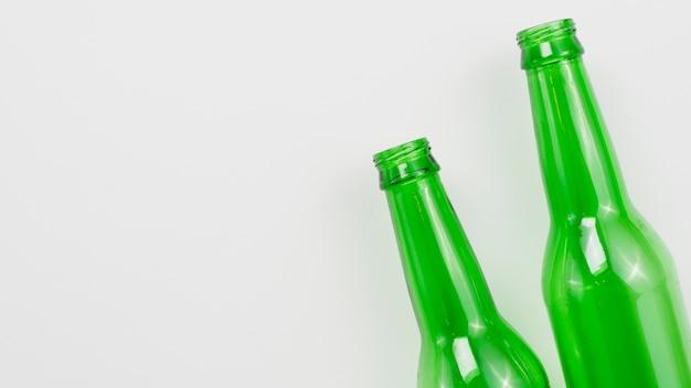 Стеклянные бутылки на сером фоне