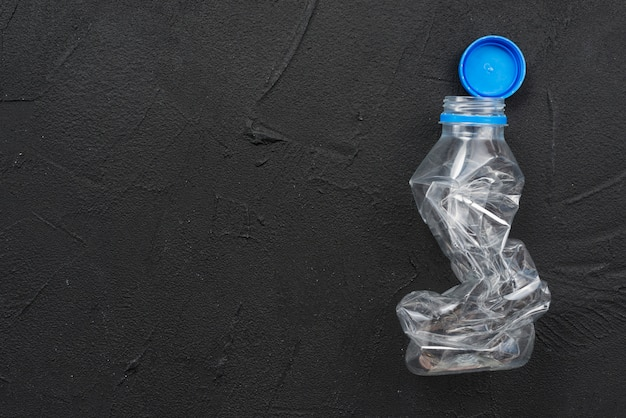 絞りた空のペットボトル