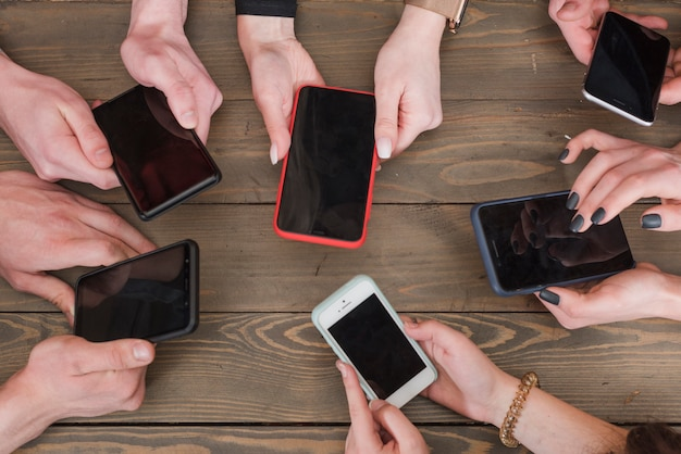 Группа друзей с помощью смартфонов