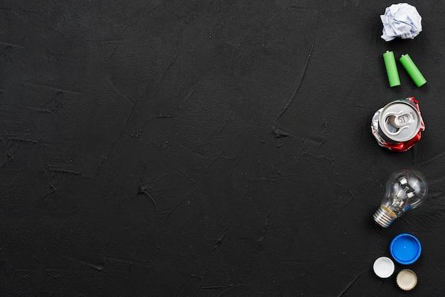 黒い表面に再利用可能なゴミのセット