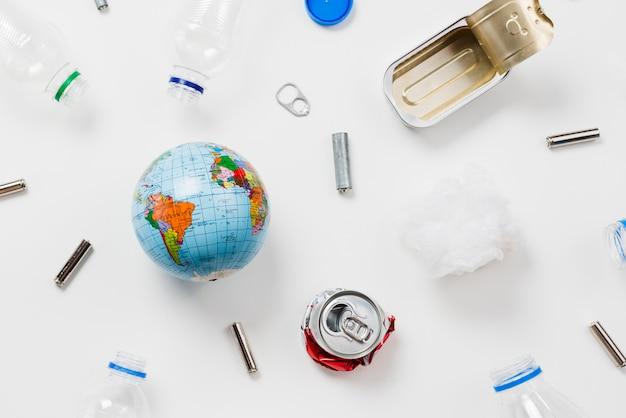 Маленькие глобусы рядом с различным мусором