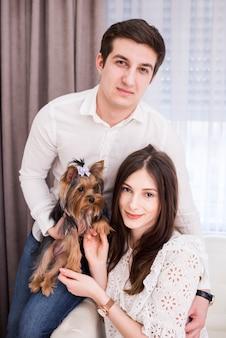 自宅で現代のカップルの肖像画