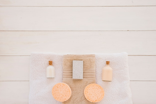 Душевые принадлежности на белом столе