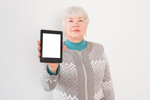 Пожилая бабушка позирует