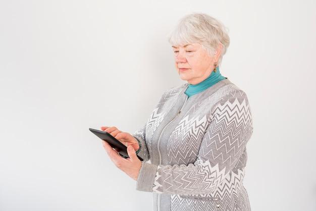 Пожилая бабушка читает