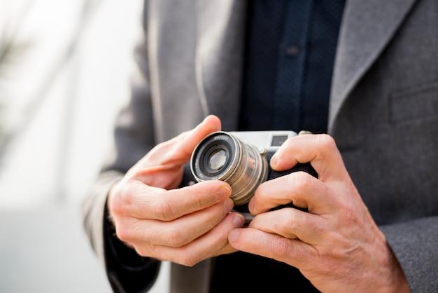 カメラを持つ高齢者実業家