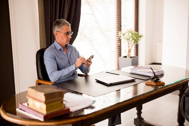 Пожилой бизнесмен в своем кабинете