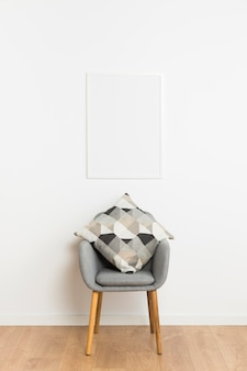 Пустая рама и стул с подушками