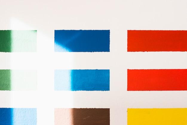 白い背景に分離された様々なカラーサンプル