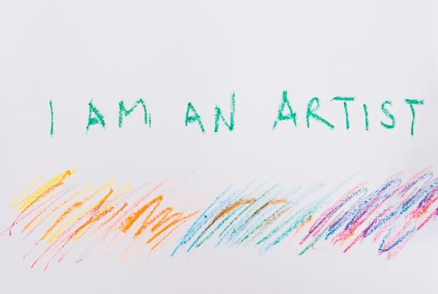 私は白い紙の上の芸術家のテキストとカラフルなクレヨン画です