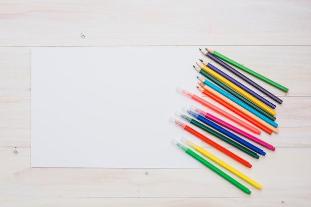 カラフルな鉛筆と白い空白の紙とフェルトペン