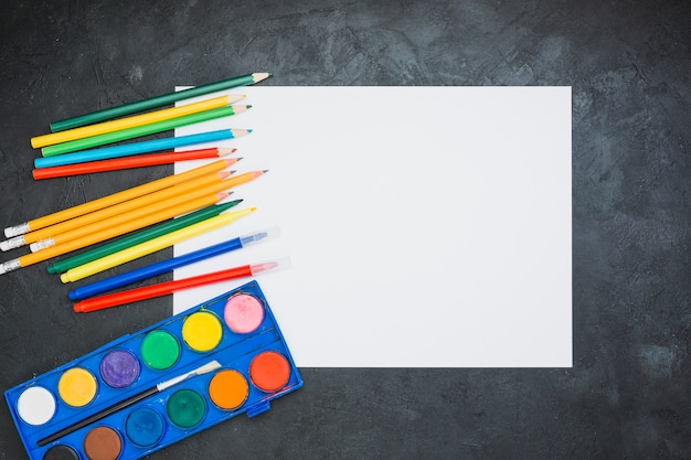 カラフルな鉛筆。フェルトペン;空白のホワイトペーパーと水彩画のパレット