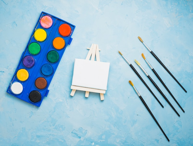 青い背景上の塗装機器のオーバーヘッドビュー