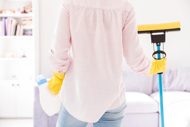 彼女の家を掃除する女性