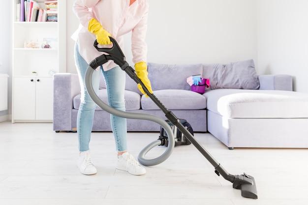 掃除機で彼女の家を掃除する女性