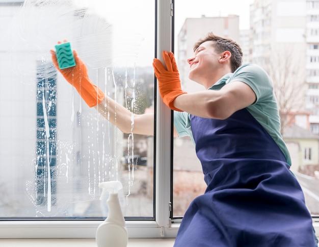 男は窓を掃除