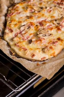 オーブンの火格子の上焼きピザの俯瞰