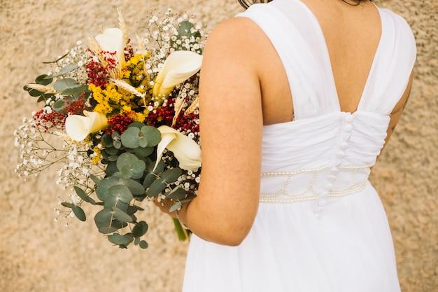 自然の風景の中の花嫁