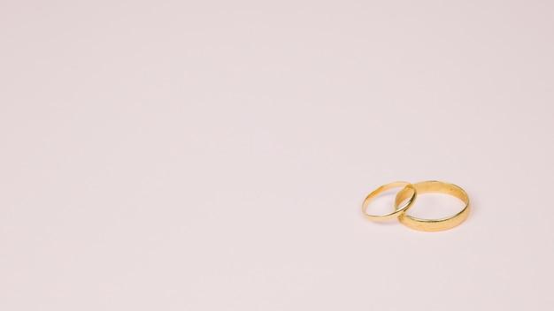 ロマンチックなメッセージ付きの結婚指輪
