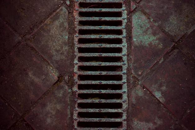 下水道のある石造りの床