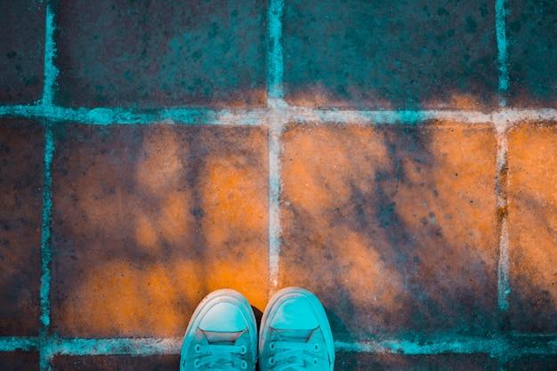 靴と石の床