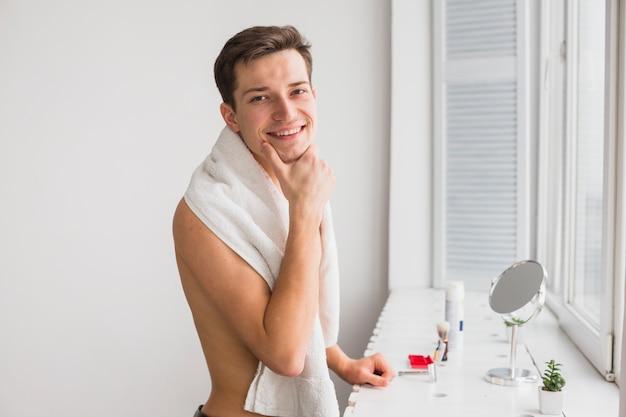 Концепция бритья с привлекательным мужчиной