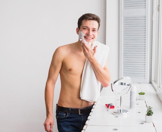 魅力的な男性とコンセプトを剃る