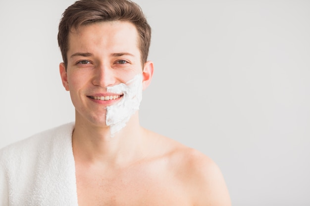 Концепция бритья с привлекательным молодым человеком