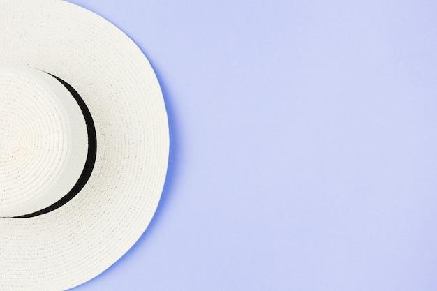 ボード上の白い夏帽子