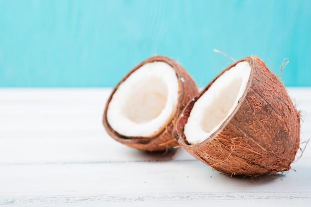 ボード上の新鮮なココナッツ
