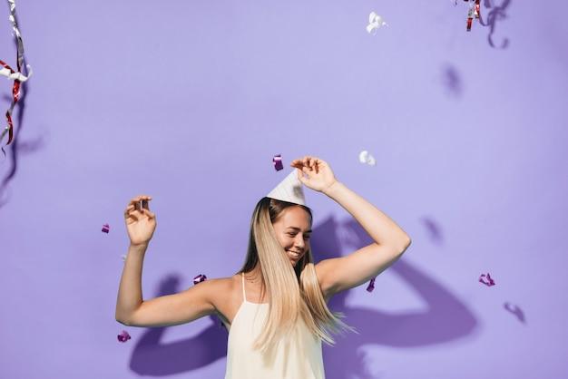 パーティーで踊っている女の子