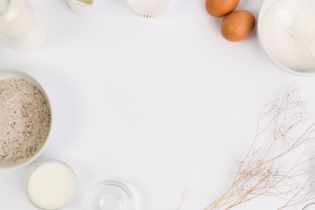 Выпечки ингредиент в круговой славе на белом фоне