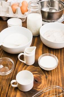 茶色の織り目加工の机の上の食材や調理器具