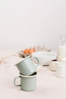 テーブルの上の有機成分の前に茶マグカップのクローズアップ