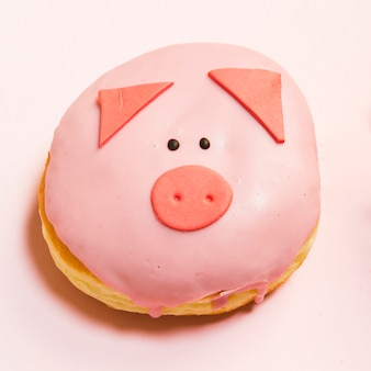 新鮮なクリームで艶をかけられたミニ豚ドーナツのクローズアップ