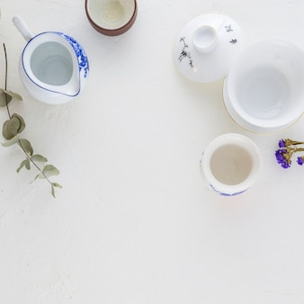 伝統的な白と青のコーヒーカップと白い背景の上のティーポット