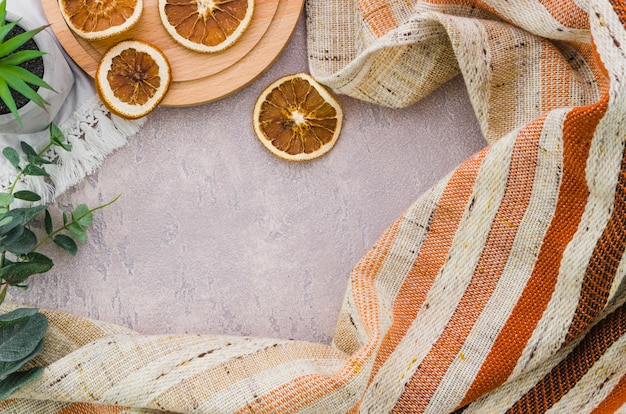 コンクリートの背景にストライプの織物と乾燥レモンスライス