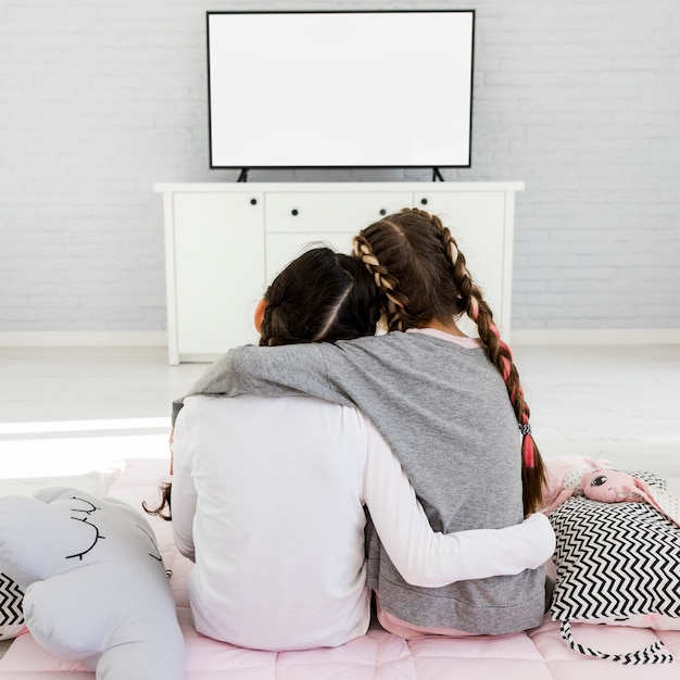 テレビを見ている女の子
