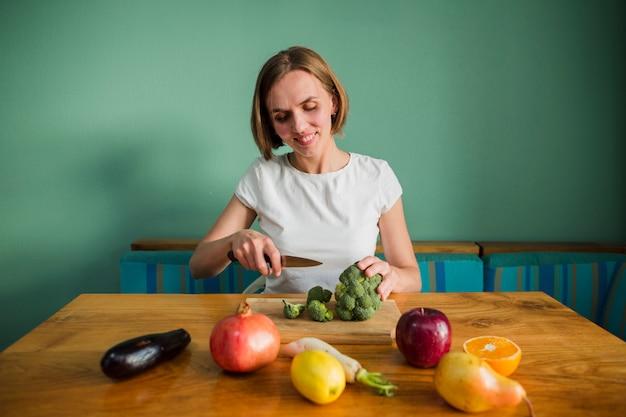 食べ物を持つ女性