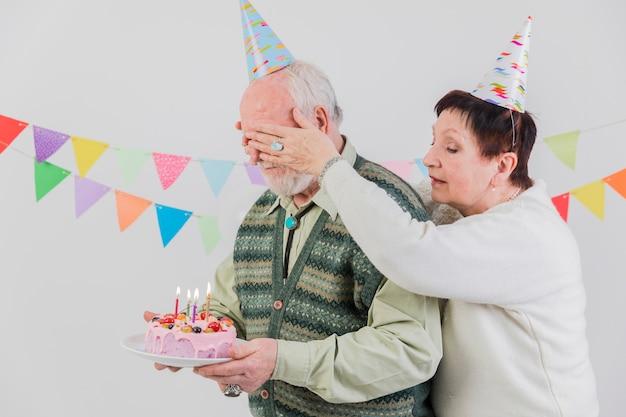 高齢者の誕生日を祝う
