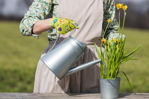 Портрет женщины, работающей в саду