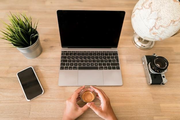 Рабочий стол с ноутбуком и мобильным телефоном