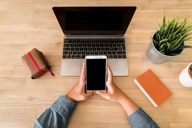ノートパソコンと携帯電話を搭載したデスクトップ