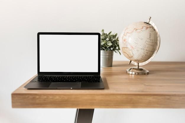 ノートパソコンと地球のデスクトップ