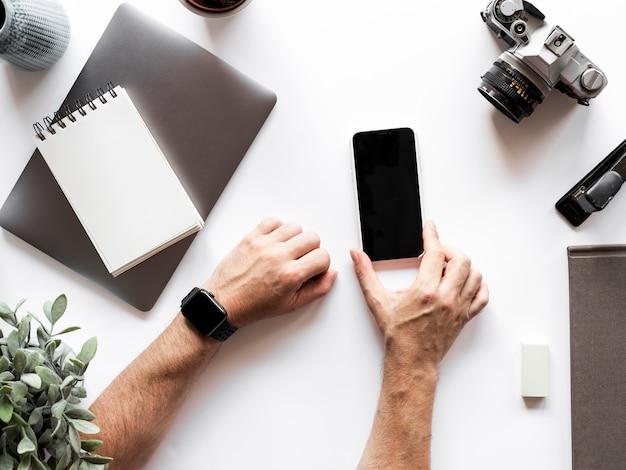 Рабочий стол с мобильным телефоном