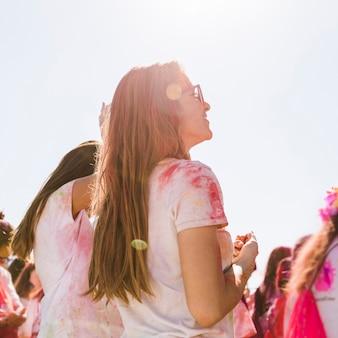 彼女の友人とホーリー祭を楽しんでいる若い女性