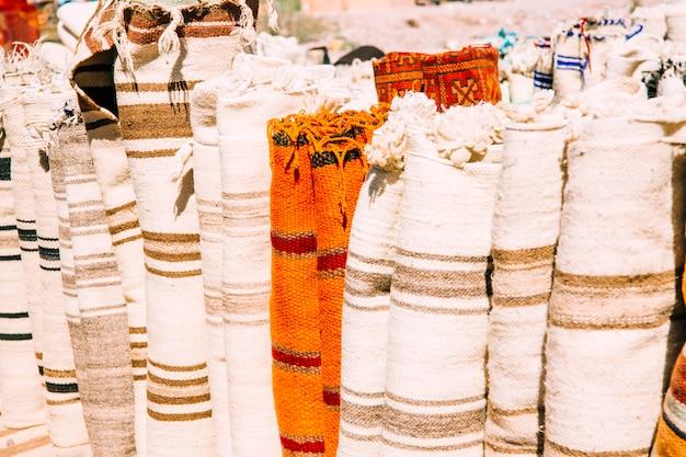 マラケシュの市場でカーペット