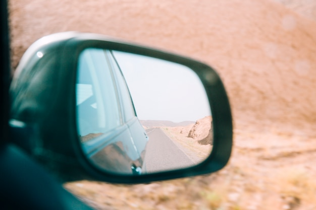 車のミラーの砂漠の風景