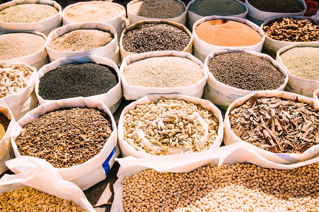 モロッコの市場でスパイス