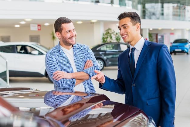 顧客と話している自動車ディーラー